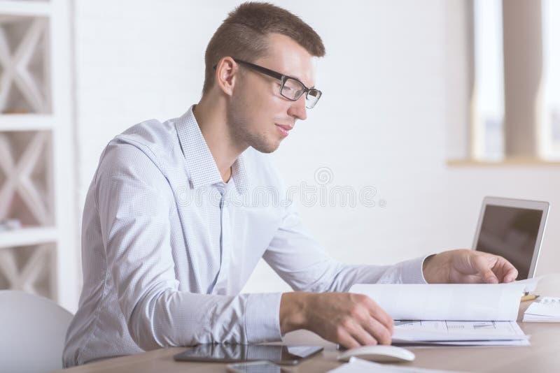 Επιχειρηματίας που κάνει την πλευρά γραφικής εργασίας στοκ εικόνα με δικαίωμα ελεύθερης χρήσης