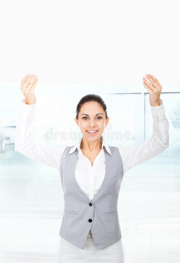 Επιχειρηματίας που κρατά έναν κενό λευκό πίνακα καρτών στοκ φωτογραφίες με δικαίωμα ελεύθερης χρήσης