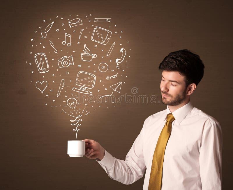 Επιχειρηματίας που κρατά ένα άσπρο φλυτζάνι με τα κοινωνικά εικονίδια μέσων στοκ εικόνες με δικαίωμα ελεύθερης χρήσης