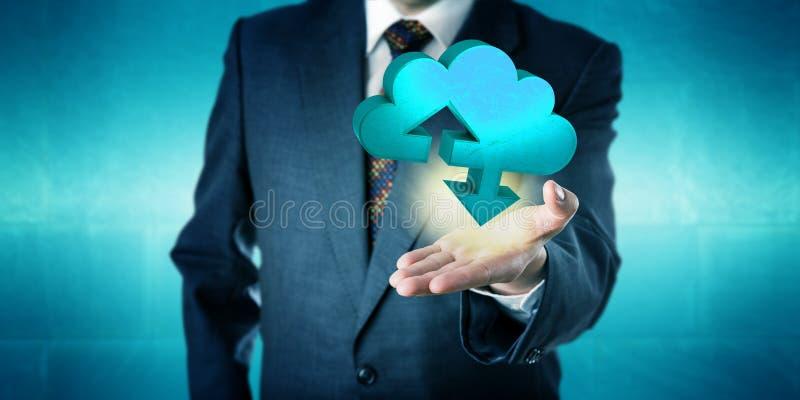 Επιχειρηματίας που κρατά ένα στερεό εικονίδιο μεταφοράς σύννεφων στοκ εικόνα