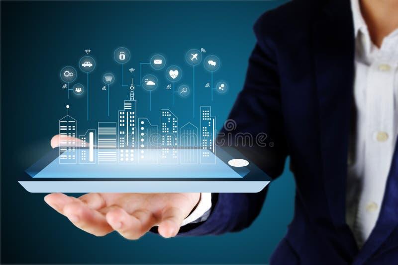 Επιχειρηματίας που κρατά ένα ψηφιακή έξυπνη τηλέφωνο ή μια ταμπλέτα με ένα ψηφίο στοκ φωτογραφία με δικαίωμα ελεύθερης χρήσης
