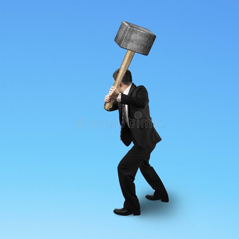 Επιχειρηματίας που κρατά ένα sedge σφυρί στοκ φωτογραφία με δικαίωμα ελεύθερης χρήσης