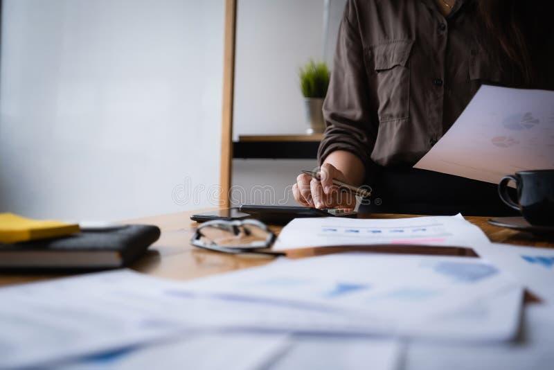 Επιχειρηματίας που κρατά δεδομένα εγγράφου με αριθμομηχανή, λογαριασμό και ιδέα αποθήκευσης στοκ εικόνα