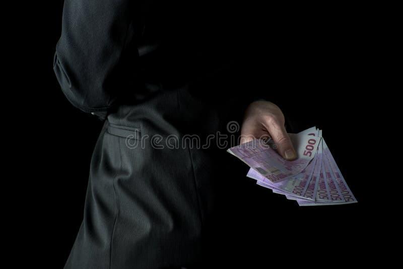 Επιχειρηματίας που κρατά 500 ευρο- τραπεζογραμμάτια πίσω από την πλάτη του στοκ εικόνες με δικαίωμα ελεύθερης χρήσης