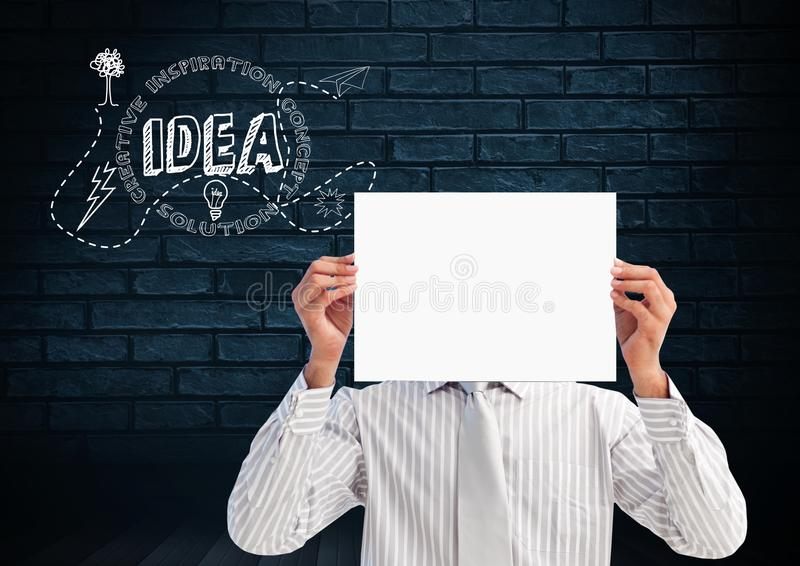 Επιχειρηματίας που κρατά μια κενή αφίσσα μπροστά από το πρόσωπό του με την ιδέα κειμένων στοκ φωτογραφίες