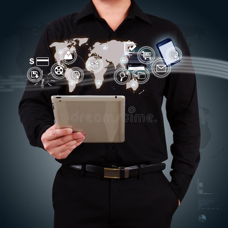 Επιχειρηματίας που κρατά μια ταμπλέτα που παρουσιάζει εφαρμογή χαρτών και εικονιδίων επάνω στοκ φωτογραφίες με δικαίωμα ελεύθερης χρήσης