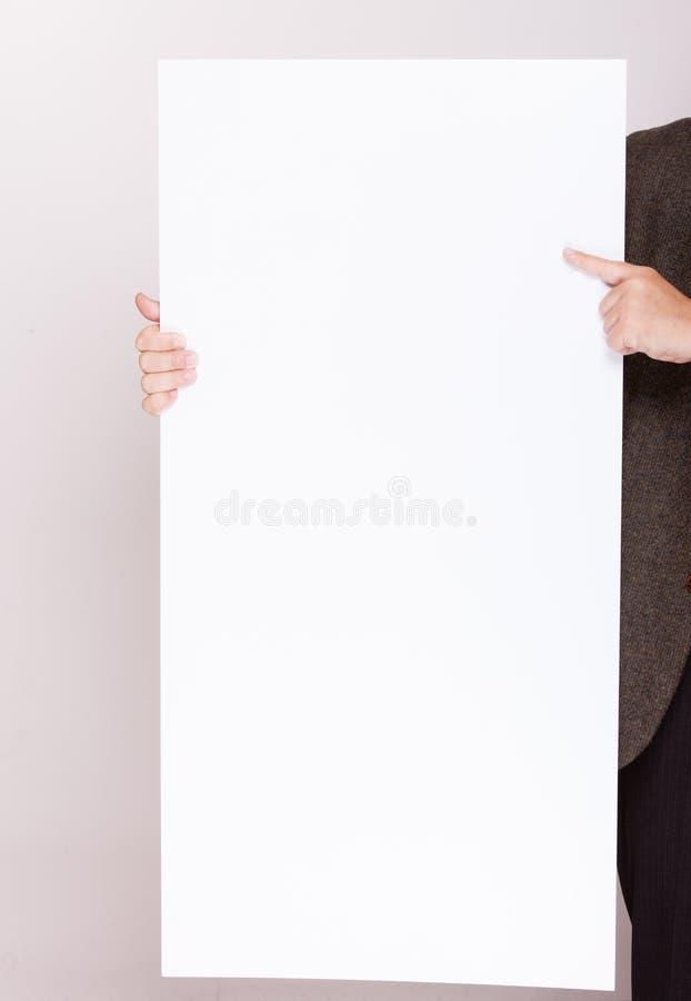 Επιχειρηματίας που κρατά τον κενό πίνακα διαφημίσεων. Διαφήμιση. στοκ εικόνες
