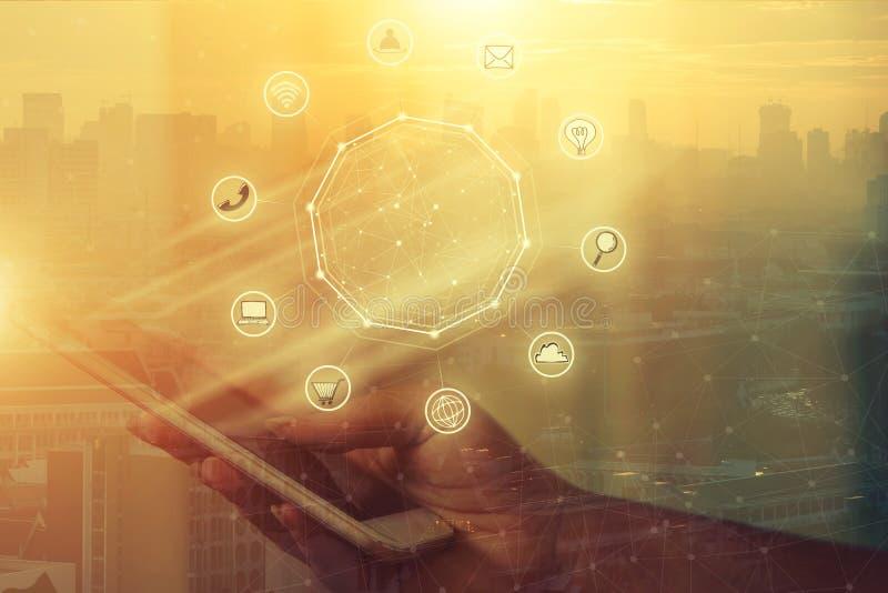 Επιχειρηματίας που κρατά το έξυπνο τηλέφωνο με την ασύρματη επικοινωνία netw ελεύθερη απεικόνιση δικαιώματος