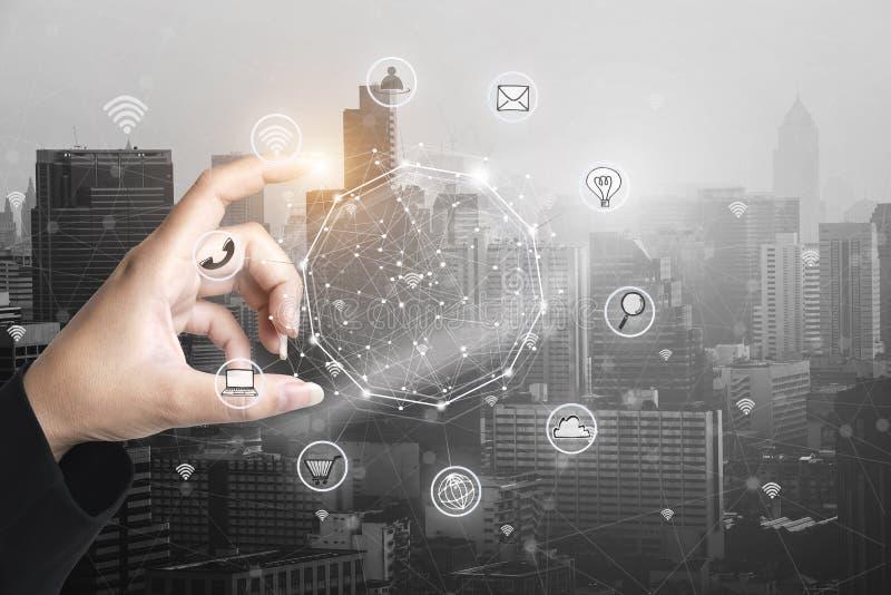 Επιχειρηματίας που κρατά το έξυπνο τηλέφωνο με την ασύρματη επικοινωνία netw διανυσματική απεικόνιση