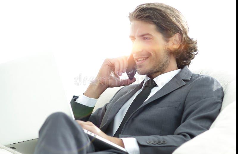 Επιχειρηματίας που λύνει τα επιχειρησιακά ζητήματα στο σπίτι θολωμένη εικόνα στοκ φωτογραφία με δικαίωμα ελεύθερης χρήσης