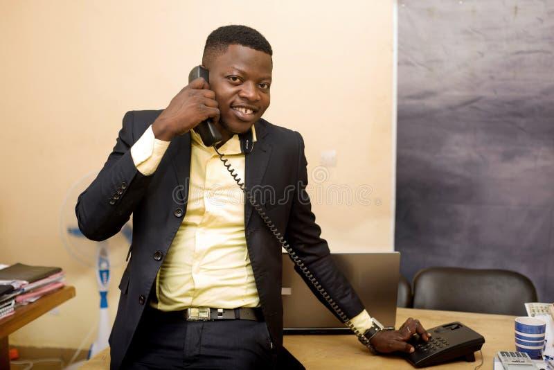 Επιχειρηματίας που μιλάει στο τηλέφωνο στο γραφείο στοκ φωτογραφία με δικαίωμα ελεύθερης χρήσης