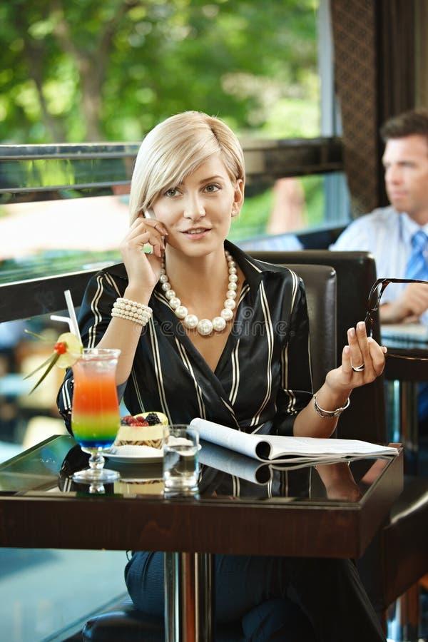 Επιχειρηματίας που μιλά σε κινητό στον καφέ στοκ εικόνες με δικαίωμα ελεύθερης χρήσης