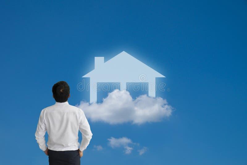 Επιχειρηματίας που ονειρεύεται και που εξετάζει το φανταστικό σπίτι στοκ εικόνα με δικαίωμα ελεύθερης χρήσης
