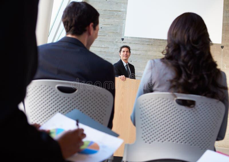 Επιχειρηματίας που παραδίδει την παρουσίαση στη διάσκεψη στοκ φωτογραφίες