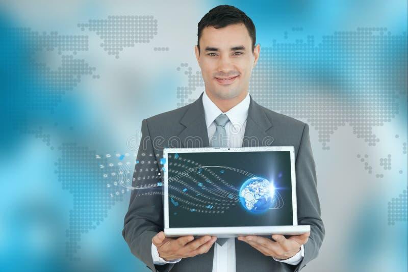 Επιχειρηματίας που παρουσιάζει ένα lap-top στο παγκόσμιο κλίμα χαρτών ελεύθερη απεικόνιση δικαιώματος