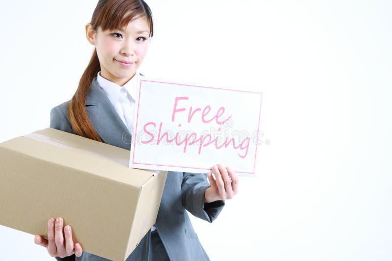 Επιχειρηματίας που παρουσιάζει μια κάρτα με την ελεύθερη ναυτιλία λέξης στοκ εικόνα με δικαίωμα ελεύθερης χρήσης