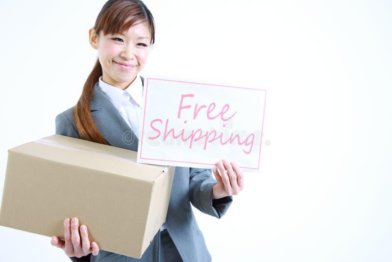 Επιχειρηματίας που παρουσιάζει μια κάρτα με την ελεύθερη ναυτιλία λέξης στοκ εικόνες με δικαίωμα ελεύθερης χρήσης