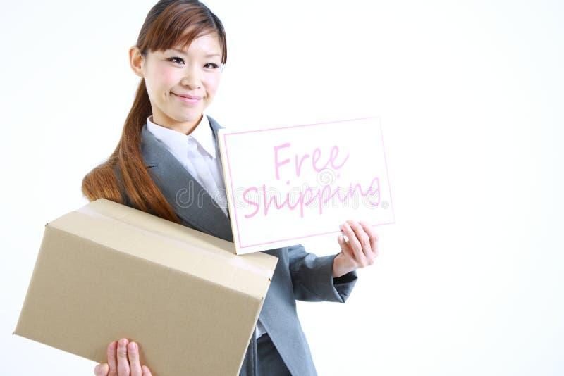 Επιχειρηματίας που παρουσιάζει μια κάρτα με την ελεύθερη ναυτιλία λέξης στοκ εικόνες
