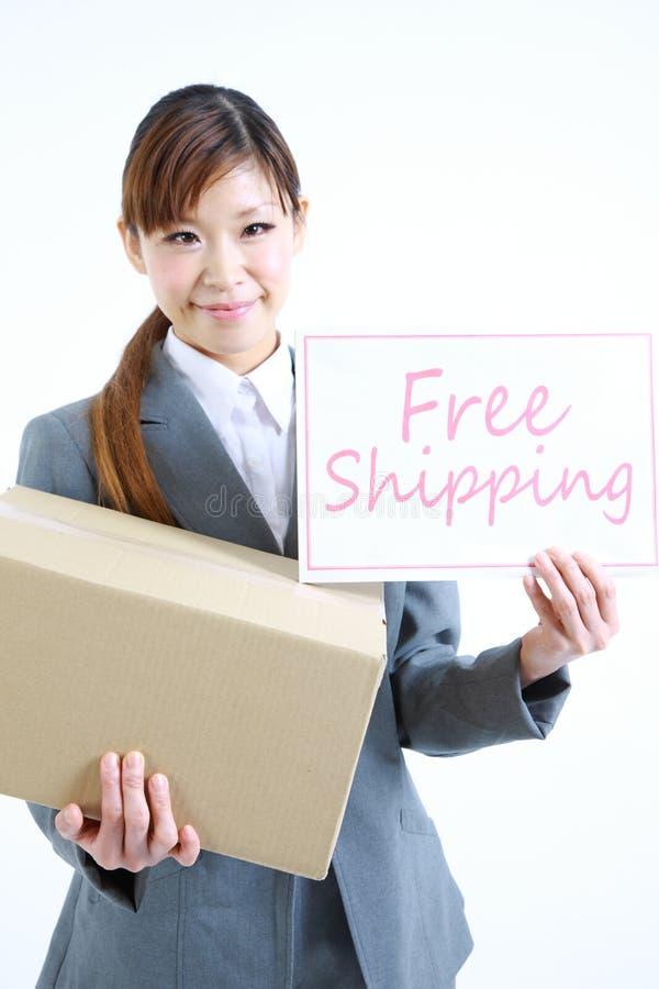 Επιχειρηματίας που παρουσιάζει μια κάρτα με την ελεύθερη ναυτιλία λέξης στοκ εικόνα
