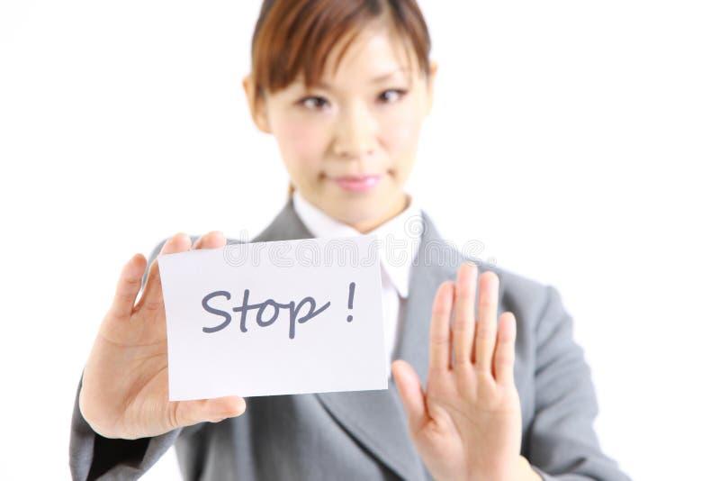 Επιχειρηματίας που παρουσιάζει μια κάρτα με τη στάση λέξης στοκ εικόνες