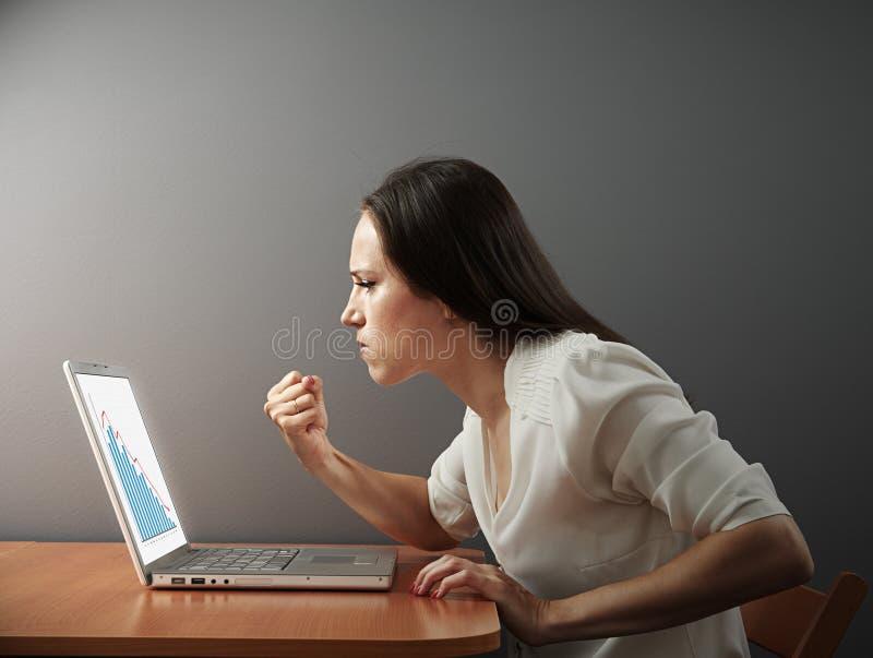 Επιχειρηματίας που παρουσιάζει πυγμή στοκ φωτογραφία με δικαίωμα ελεύθερης χρήσης