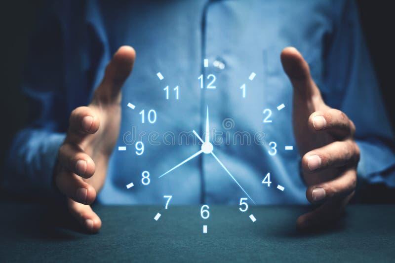 Επιχειρηματίας που παρουσιάζει ρολόι Έννοια του χρόνου αποταμίευσης στοκ εικόνα