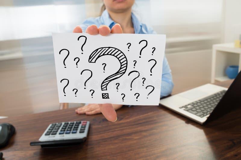 Επιχειρηματίας που παρουσιάζει σημάδι ερωτηματικών στοκ φωτογραφίες