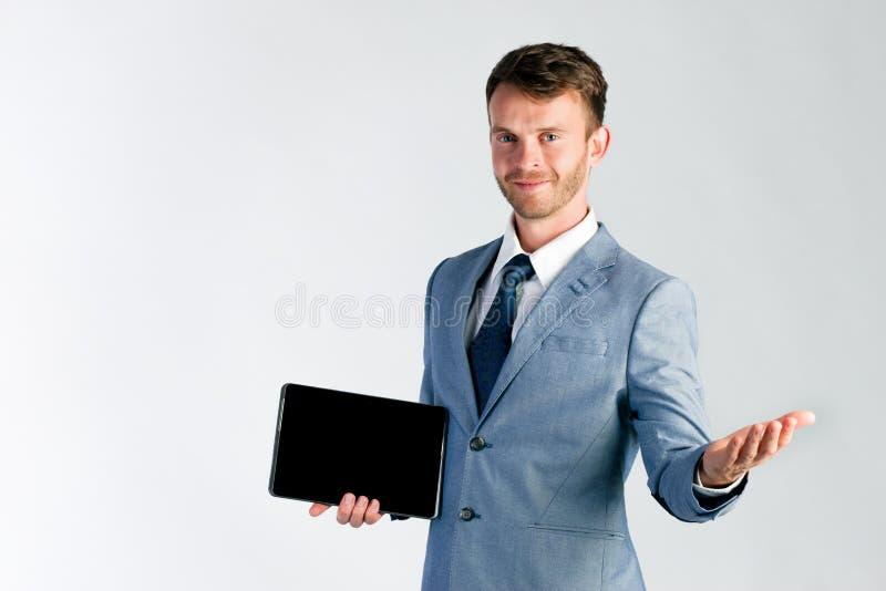 Επιχειρηματίας που παρουσιάζει τον υπολογιστή ταμπλετών στοκ εικόνα