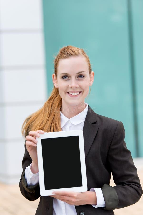 Επιχειρηματίας που παρουσιάζει PC ταμπλετών στοκ εικόνα
