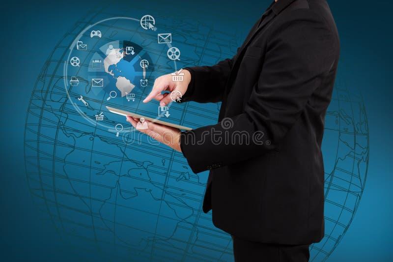 Επιχειρηματίας που παρουσιάζει smartphone με την εφαρμογή ο σφαιρών και εικονιδίων στοκ εικόνα