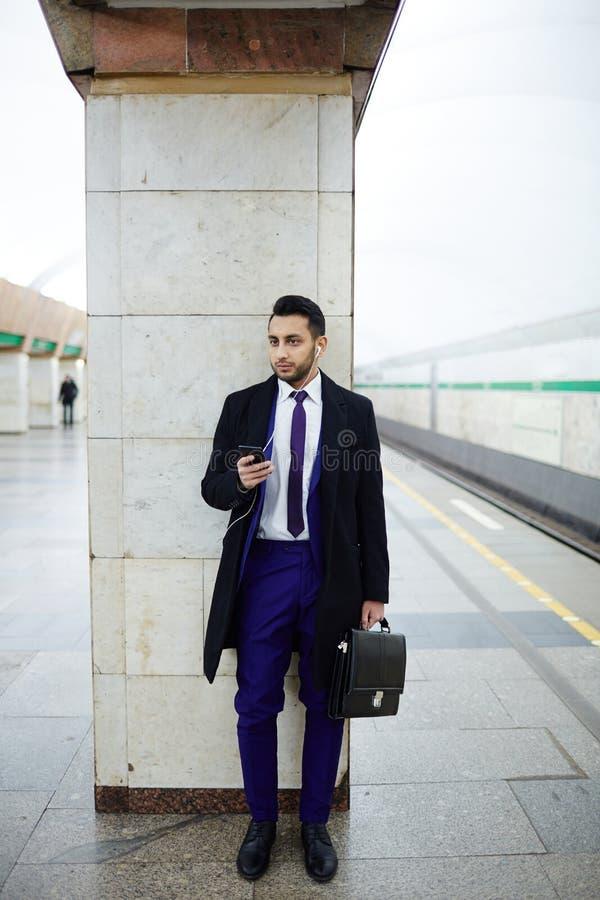 Επιχειρηματίας που περιμένει το υπόγειο τρένο στοκ εικόνες