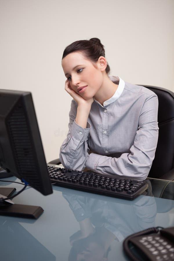 Επιχειρηματίας που περιμένει υπομονετικά το PC της για να εργαστεί στοκ εικόνες