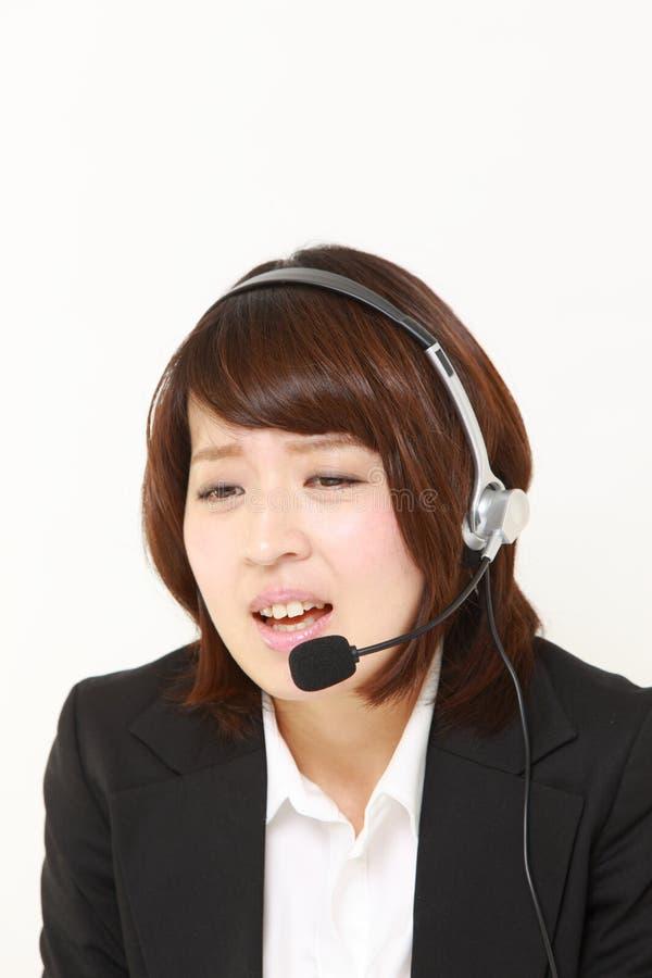 Επιχειρηματίας που περιπλέκεται σε ένα τηλέφωνο καταγγελίας στοκ φωτογραφίες