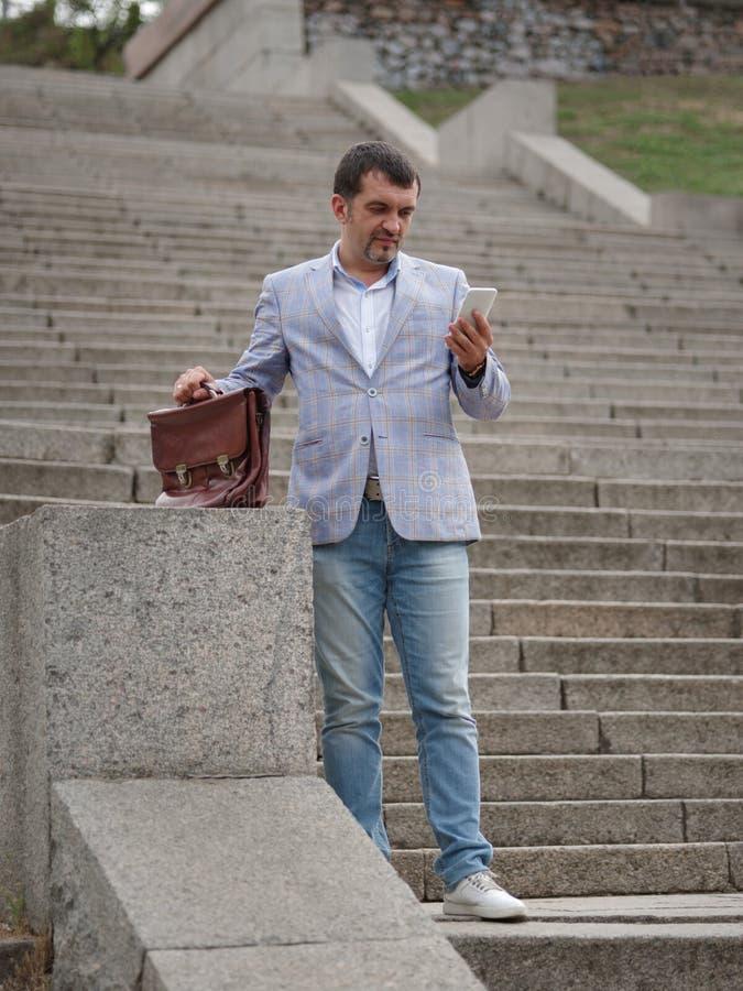 Επιχειρηματίας που περπατά κάτω από τα σκαλοπάτια Διευθυντή στο αστικό υπόβαθρο Προοδευτική επιχειρησιακή έννοια διάστημα αντιγρά στοκ εικόνες