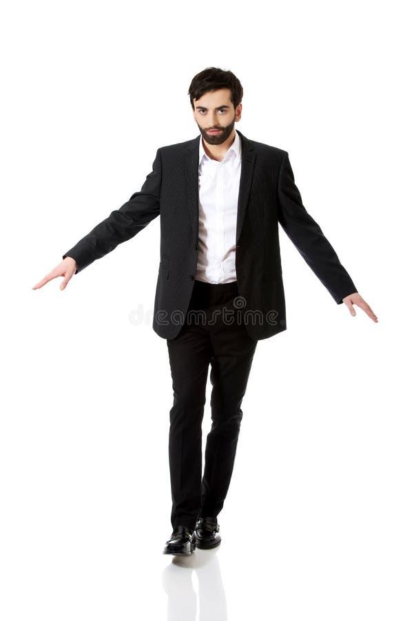 Επιχειρηματίας που περπατά προσεκτικά στοκ φωτογραφία με δικαίωμα ελεύθερης χρήσης