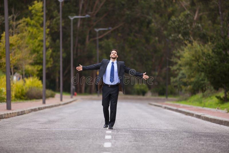 Επιχειρηματίας που περπατά στην οδική γραμμή στοκ φωτογραφία με δικαίωμα ελεύθερης χρήσης