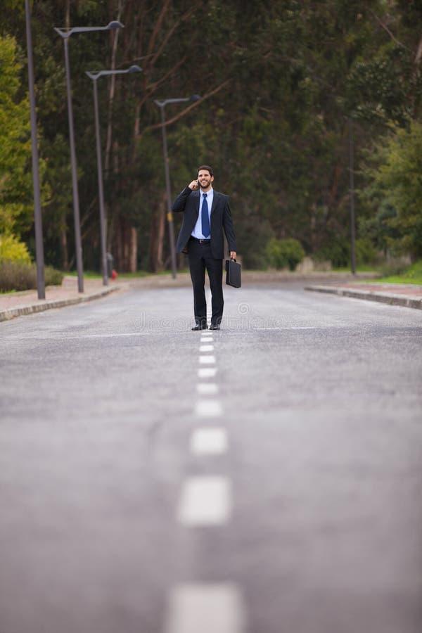Επιχειρηματίας που περπατά στην οδική γραμμή στοκ φωτογραφίες με δικαίωμα ελεύθερης χρήσης