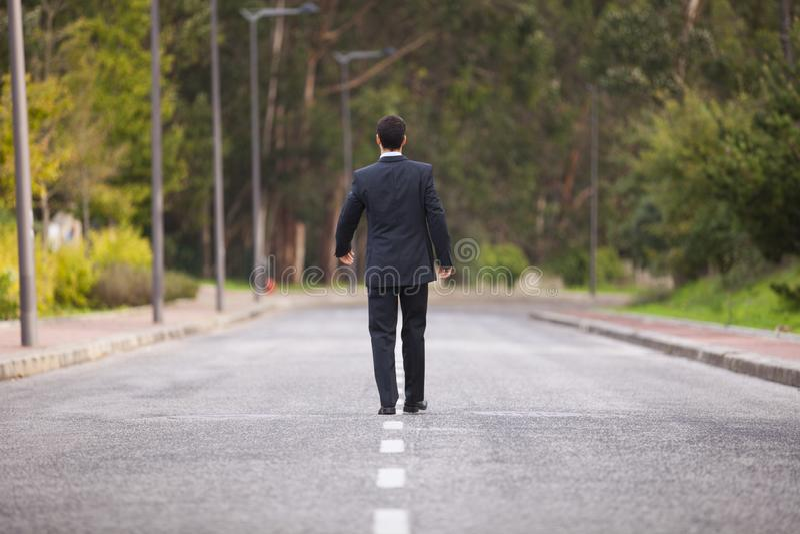 Επιχειρηματίας που περπατά στην οδική γραμμή στοκ εικόνες με δικαίωμα ελεύθερης χρήσης