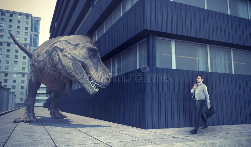 Επιχειρηματίας που περπατά στην πόλη και έναν δεινόσαυρο στοκ φωτογραφίες με δικαίωμα ελεύθερης χρήσης