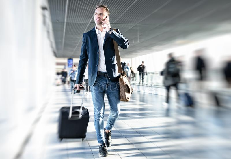 Επιχειρηματίας που περπατά στον αερολιμένα στοκ εικόνες