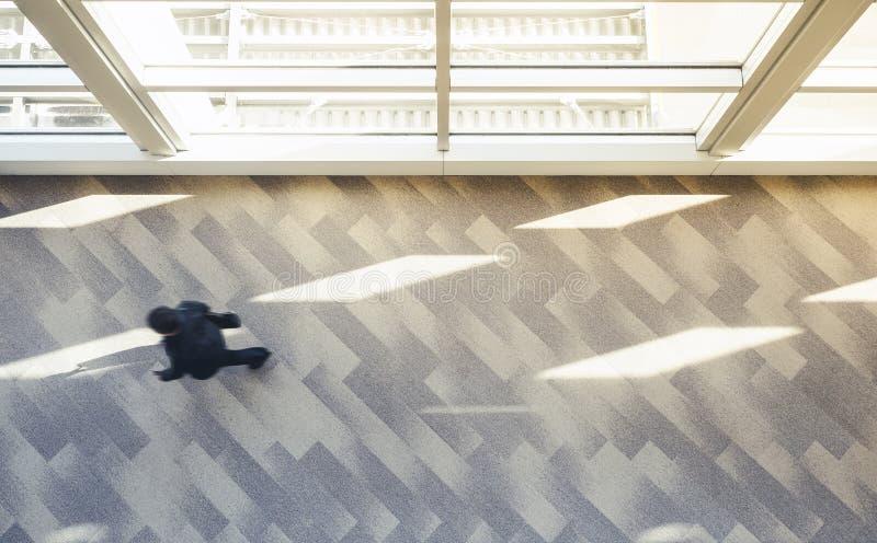 Επιχειρηματίας που περπατά τη σύγχρονη εσωτερική τοπ άποψη αρχιτεκτονικής στοκ φωτογραφίες με δικαίωμα ελεύθερης χρήσης