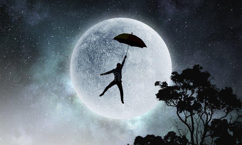 Επιχειρηματίας που πετά με την ομπρέλα μια νεφελώδη ημέρα στοκ εικόνες με δικαίωμα ελεύθερης χρήσης