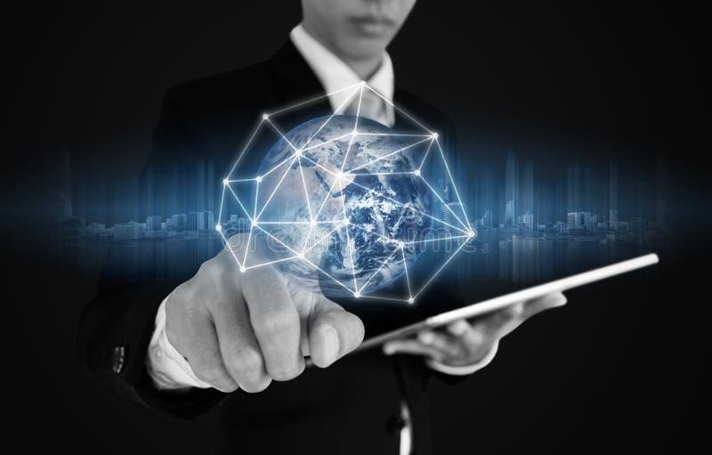 Επιχειρηματίας που πιέζει στη σύνδεση και τα στοιχεία παγκόσμιων δικτύων, στο μπλε υπόβαθρο Τα στοιχεία αυτής της εικόνας εφοδιάζ στοκ φωτογραφία