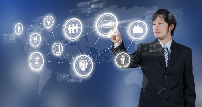 Επιχειρηματίας που πιέζει στο ψηφιακό εικονίδιο ηλεκτρονικού ταχυδρομείου, επιχειρησιακή έννοια διανυσματική απεικόνιση