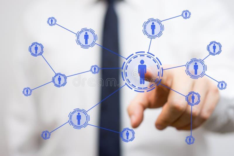 Επιχειρηματίας που πιέζει το εικονικό δικτυωμένο πρόσωπο, συνδετικότητα και στοκ φωτογραφίες