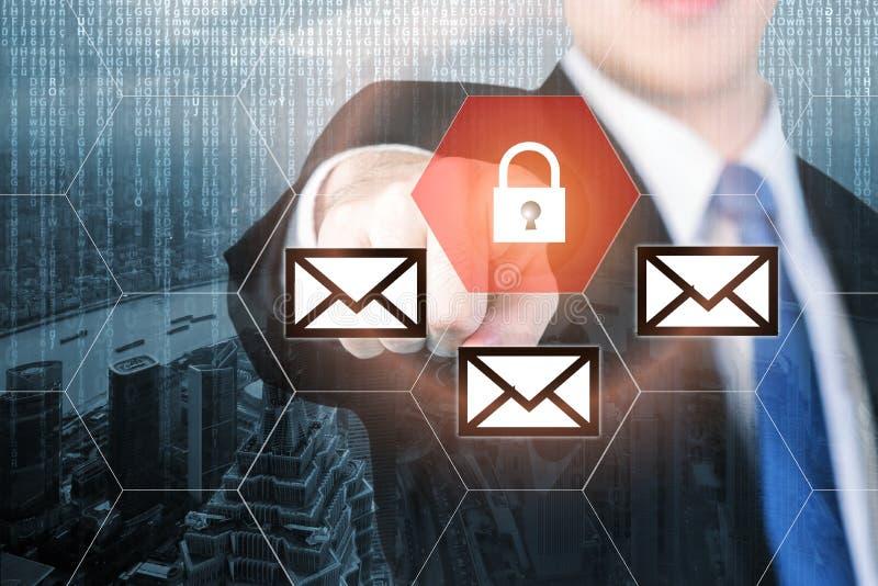 Επιχειρηματίας που πιέζει το κουμπί ασφάλειας ηλεκτρονικού ταχυδρομείου στις εικονικές οθόνες φ στοκ φωτογραφία με δικαίωμα ελεύθερης χρήσης
