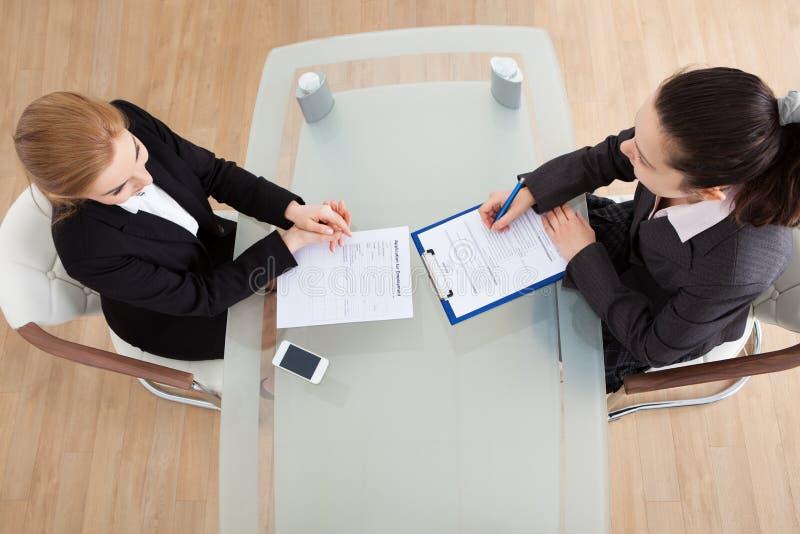 Επιχειρηματίας που πραγματοποιεί τη συνέντευξη στοκ εικόνες
