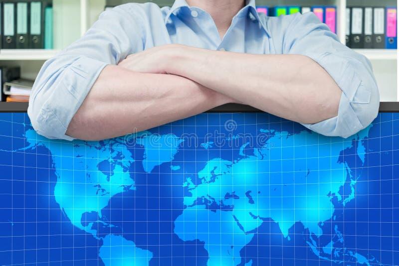 Επιχειρηματίας που προγραμματίζει το παγκόσμιο επιχειρηματικό πεδίο στοκ φωτογραφίες