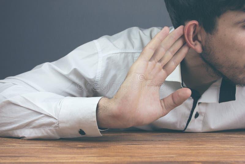 Επιχειρηματίας που προσπαθεί να ακούσει το κουτσομπολιό στοκ εικόνες με δικαίωμα ελεύθερης χρήσης
