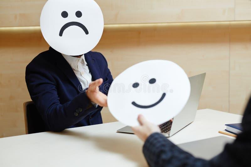 Επιχειρηματίας που προσπαθεί στις διαφορετικές μάσκες στοκ εικόνες